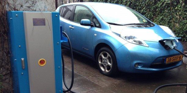 Le système Vehicule-to-Grid (du véhicule au réseau électrique) ou V2G fonctionne grâce à un système informatique qui gère l'offre et la demande de kilowatts 24 heures sur 24.