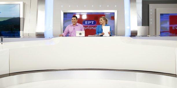 Les présentateurs Nikos Angelidis et Vassiliki Haina préparent leur premier journal à l'antenne ce jeudi 11 juin dans les studios d'Athènes, deux ans après la fermeture brutale de ERT.