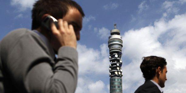 Les IMSI-catchers imitent le fonctionnement d'une antenne relais classique : ils  se connectent à tous les mobiles qui sont à leurs portée puis enregistrent incognito ses données, ce qui permet d'identifier l'emplacement exact de l'utilisateur et d'avoir accès au contenu de sa communication.