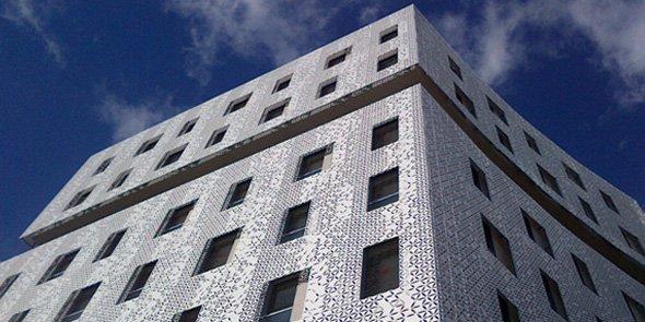 La Mantilla, un ensemble d'immeubles parés de résille blanche, dans le quartier Port Marianne à Montpellier.
