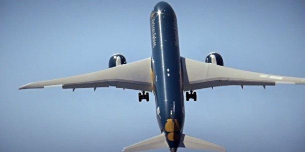 Pour épater la galerie, le 787-9 Dreamliner de Boeing s'amuse à décoller le nez pointé vers le ciel, au-dessus de l'État de Washington, aux États-Unis.