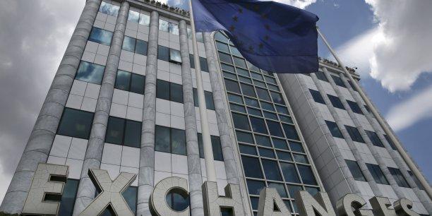 Après le défaut, la Grèce sortira-t-elle de la zone euro ? (Photo: le 12 juin, le drapeau européen flotte devant la Bourse d'Athènes)