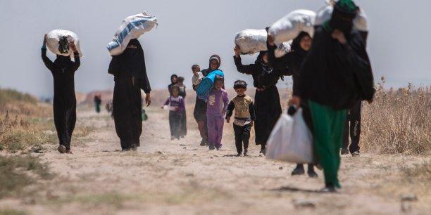 En 2014 seulement 126.800 réfugiés ont pu retourner dans leur région, c'est le nombre le plus faible en 31 ans. Sur la photo, des Syriens qui tentent de rejoindre la frontière turque le 16 juin 2015.