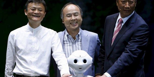 Le fondateur d'Alibaba et celui de Foxconn ont annoncé avoir investi chacun 100 millions de dollars dans la filiale robot de Softbank qui produit Pepper.