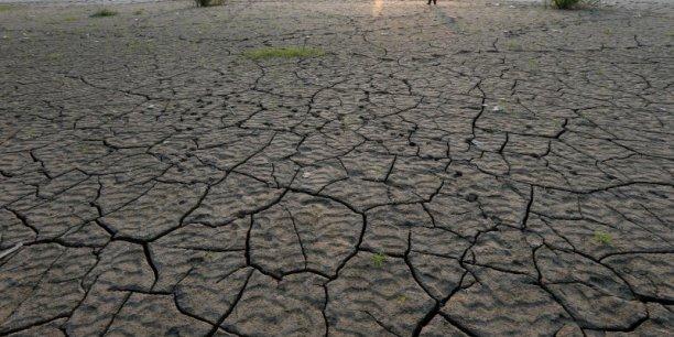 En Inde, les chocs agricoles et la prolifération plus rapide des maladies résultant des dérèglements climatiques pourrait faire basculer 45 millions de personnes sous le seuil de l'extrême pauvreté (moins de 1,90 dollar par jour), détaille la Banque mondiale.