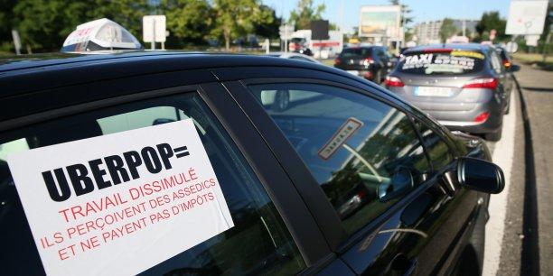 Près de 3 000 taxis ont manifesté en France ce jeudi 25 juin, dont 200 à Toulouse ( ici devant l'aéroport de Toulouse-Blagnac).