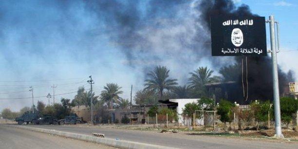 Un impact financier négatif sur l'Etat islamique dû à la perte de cet important poste de frontière avait été constaté avant l'intensification récente des frappes aériennes contre les capacités de production de pétrole du groupe, observe un analyste de IHS.