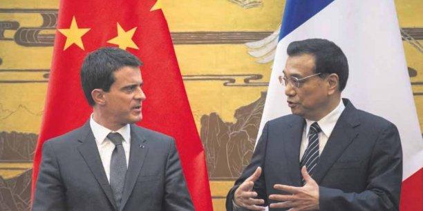 Les Premiers ministres français et chinois, Manuel Valls et Li Keqiang, lors de la signature d'accords au palais de l'Assemblée du Peuple, à Pékin, le 29 janvier. Depuis quelques mois, la Chine déploie une diplomatie économique et commerciale mondiale tous azimuts. La France aimerait en être l'un des piliers.