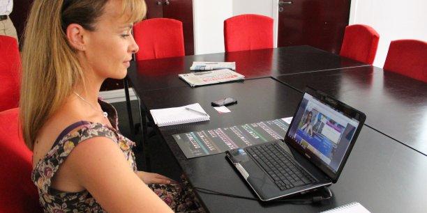 Carole Cimarosti, directrice associée de Falccom, fait une démonstration du jeu sérieux.