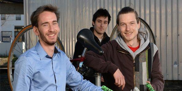 Léonard Pinton, co-fondateur, Valentin Carle, responsable mécanicien et premier salarie, et Jonathan Simonard, co-fondateur.