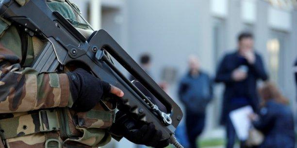 En janvier, trois jours après les attentats de janvier, l'armée à la demande du gouvernement avait déployé dans l'urgence 10.000 hommes de troupes