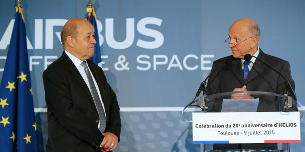 Le ministre de la Défense Jean-Yves Le Drian avec François Auque, président d'Airbus Defence and Space.