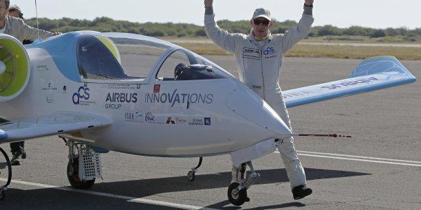 Le vol entre l'Angleterre et la France, qui a duré une quarantaine de minutes, a été assuré par le pilote français Didier Esteyne, qui s'est félicité de cette performance. Pour l'aviation, ce vol marque un tournant historique.