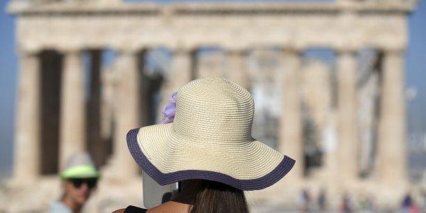 En 2014, la Grèce a enregistré une hausse de 23% du nombre de visiteurs étrangers, d'après les données fournies par le service des statistiques grecques (ELSTAT), soit 22 millions de touristes. Mais pour 2015, le pays a déjà revu à la baisse son ambition d'atteindre 25 millions de touristes, en raison du contexte.