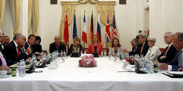 Après 17 jours de négociations, un accord sur le nucléaire iranien entre l'Iran et les grandes puissances aurait été trouvé. Photo de la table des négociations au Palais Coburg, à Vienne, le 13 juillet.