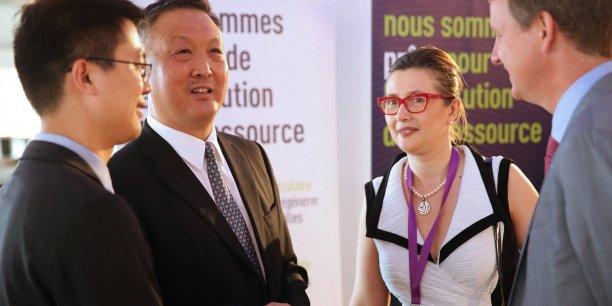 Une discussion entre des Chinois et des Français pendant le sommet économique franco-chinois, à Toulouse le 1er juillet dernier.