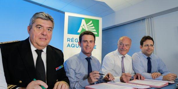 Manuel Valls encadré par le préfet d'Aquitaine Pierre Dartout, Alain Rousset, président du Conseil régional et Matthias Fekl, secrétaire d'Etat