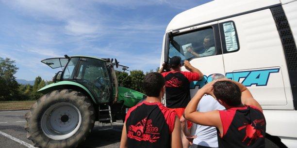 Le syndicat agricole FNSEA a mené une action au péage de Lestelle sur l'A64 en Haute-Garonne.