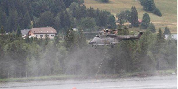 Pendant plusieurs heures, sous le regard étonné des vacanciers, les deux appareils effectuent une quinzaine de rotations pour prélever de l'eau dans le lac et l'emporter dans les alpages helvétiques voisins, rapporte ainsi France 3 Franche-Comté.
