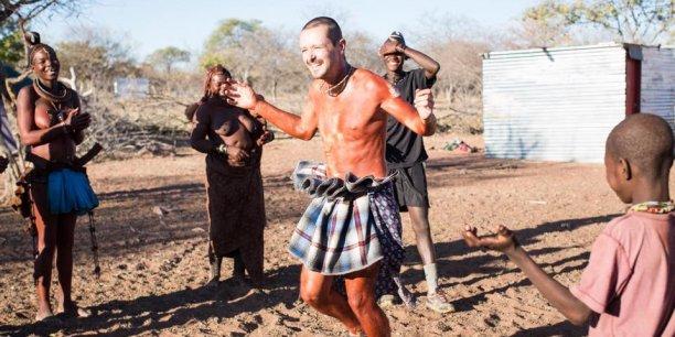 Vincent Lemonde s'est mis aux danses traditionnelles, entouré de ses nouveaux amis (De gauche à droite : Bathenga, Kabinga, Warimisa et Maandu)