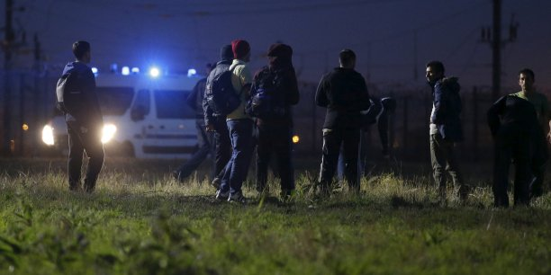 Des milliers de migrants venus du Moyen-Orient, d'Afrique ou d'Asie tentent notamment de passer vers le Royaume-Uni via le port français de Calais.