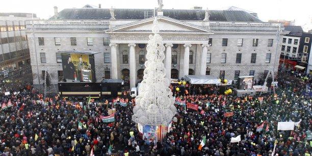 La grande poste centrale de Dublin où la république a été proclamée lors du soulèvement de Pâques 1916. (Photo: la poste centrale de Dublin, le 27 novembre 2010, pendant la manifestation contre les mesures d'austérité du gouvernement et sa demande de prêt auprès de l'UE et du FMI)