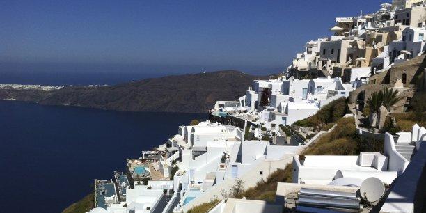 En légende, l'île de Santorin, dans les Cyclades, toujours prisée par une clientèle aisée.