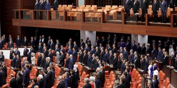 L'échec électoral du parti islamo-conservateur s'explique principalement par la percée du Parti démocratique des peuples (HDP), formation historiquement prokurde mais dont l'ouverture à d'autres minorités lui a permis de franchir pour la première fois le seuil des 10% nécessaire pour être représenté au Parlement.