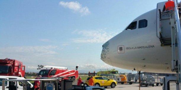 Le nez de l'A319 Alitalia a été endommagé par la grêle.