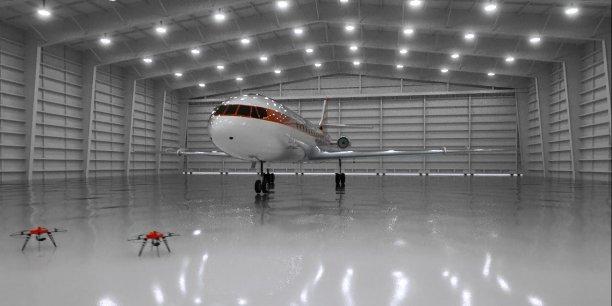 Plusieurs drones inspectent l'avion pour reprérer des éventuels impacts de foudre.
