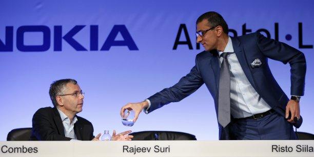 Michel Combes (à gauche, ici avec le patron de Nokia, Rajeev Suri, le 15 avril 2015) va quitter mardi 1er septembre Alcatel-Lucent  qu'il a dirigé et dont il a soutenu le rachat par Nokia. Il devrait empocher une prime de départ de 4,5 millions d'actions, ce qui représente 14 millions d'euros, d'ici à 2018.