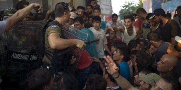Le Haut-Commissariat des Nations Unies pour les réfugiés a estimé à 300.000 le nombre de réfugiés et migrants ayant traversé la mer Méditerranée puis débarqué en Grèce et en Italie en 2015.