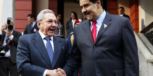 Pour Nicolas Maduro, président du Venezuela (ici en mars dernier avec son homologue cubain, Raoul Castro) « le mieux pour assurer les investissements dans l'énergie dans les 50 prochaines années », serait un prix du baril qui se situe « au moins à 70 dollars. »