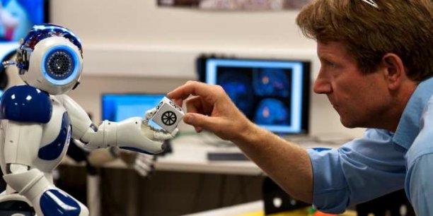 Peter Ford Dominey et le robot Nao en pleine séance d'apprentissage ÓInserm/Patrice Latron