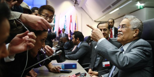 La stratégie voulue par l'Arabie Saoudite (photo: le ministre saoudien du Pétrole Ali al-Naimi lors de la réunion de l'Opep à Vienne (Autriche), le 5 juin dernier) de défense des parts de marché plutôt que des prix semble s'avérer payante: nombre de pays producteurs, dont les Etats-Unis, sont en train de fermer des capacités de production non rentables.