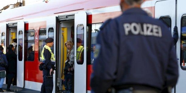 Réfugiés dans un train en Allemagne. Les pays des Balkans redoutent une ermeture des frontières allemandes ou autrichiennes.
