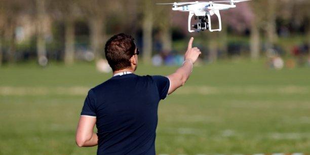 La loi américaine interdit théoriquement à un propriétaire de drone de faire voler son appareil à une altitude dépassant 400 pieds (120 mètres), à proximité d'un aéroport ou d'une zone soumise à restriction comme le coeur de Washington. Mais ces règles sont fréquemment bafouées.