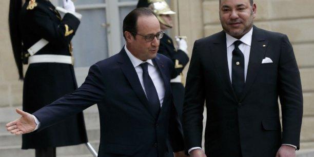 Le chef de l'Etat français entend renforcer les liens économiques entre les deux pays, alors que la France s'est fait ravir par l'Espagne la place de premier partenaire commercial du Maroc. Mais Paris reste le premier partenaire économique de Rabat grâce à l'importance de ses investissements, une douzaine de milliards d'euros en stock, souligne Paris. Sur la photo, Hollande et Mohamed IV à l'Elysée en février 2015.