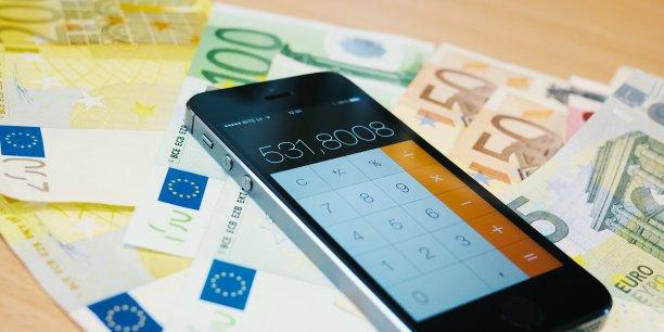 La dette publique de la France, qui a dépassé en 2014 le palier des 2000 milliards d'euros, a encore légèrement progressé au deuxième trimestre, pour s'établir à 2.105,4 milliards d'euros au 30 juin, soit l'équivalent de 97,6% du produit intérieur brut (PIB), a annoncé mercredi l'Insee.