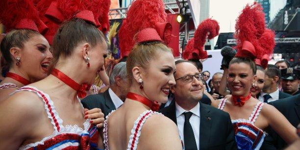 En déplacement à New-York pour le sommet des Nations Unies, François Hollande a fait une apparition au Best of France, où s'étaient donné rendez-vous les danseuses du Moulin Rouge.