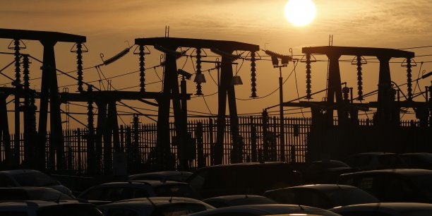 Le soleil se couche derrière les transformateurs de la centrale nucléaire Hinkley Point Bd'EDF Energy à Bridgwater.
