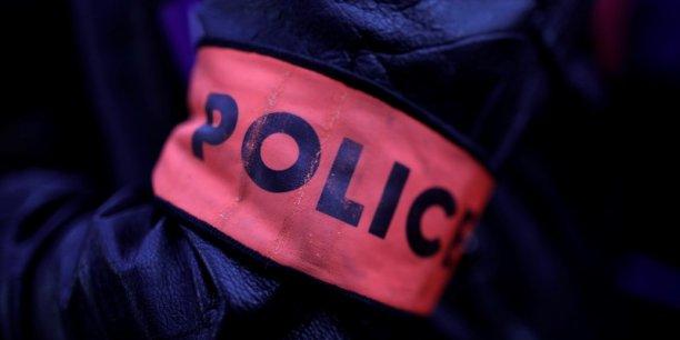 La jeune femme a acheté sur internet un faux ventre de femme enceinte, ce qui a laissé penser aux enquêteurs de la Sous-direction anti-terroriste (SDAT) qu'elle envisageait peut-être un attentat suicide, rapporte Reuters de source judiciaire.