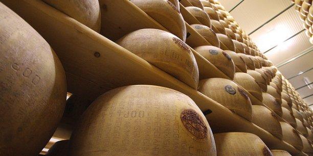 La loi italienne interdit l'utilisation de lait en poudre dans la fabrication du traditionnel parmesan, ce que la Commission européenne considère comme une possible distorsion de concurrence. (Crédits : Flickr ChaXiu Bao)
