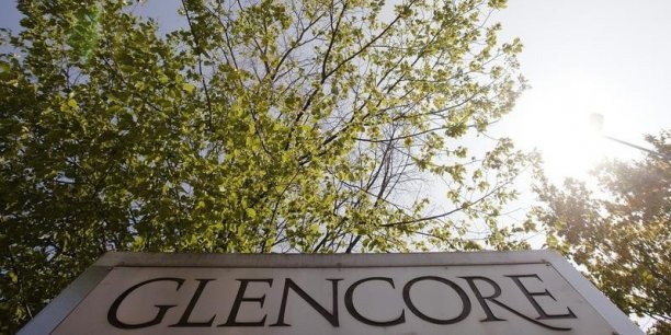 La semaine dernière, Glencore avait connu des jours noirs sur les marchés financiers avant de rebondir, la direction du groupe ayant assuré n'avoir aucun problème de solvabilité, tentant de couper court aux rumeurs de retrait de la cote. C'est une note publiée par les analystes de la banque sud-africaine Investec qui avait mis le feu aux poudres, évoquant la possibilité de voir s'évaporer presque toute la valeur de Glencore.