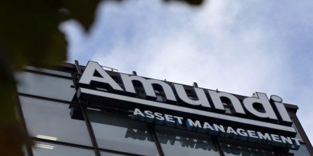 Amundi, née en 2010 de la fusion des activités de gestion d'actifs de Crédit Agricole et Société Générale, totalisait 954 milliards d'euros d'encours sous gestion au 30 juin, ce qui en fait, selon elle, le leader européen du secteur et l'un des dix premiers au monde.