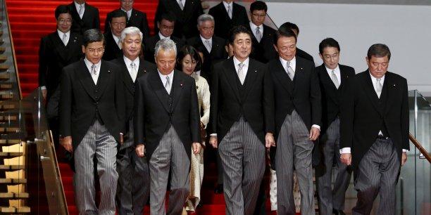 Le Premier ministre japonais Shinzo Abe aux côtés de son nouveau gouvernement lors d'une séance photo.