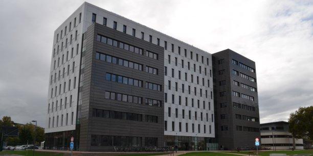 Le nouveau Centre de Compétences de Minatec est situé à cheval entre la zone sécurisée du CEA et le domaine public, afin de favoriser les échanges.