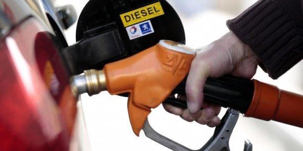 Le gazole bénéficie historiquement d'un traitement fiscal favorable, avec une taxation TTC inférieure de près de 20 centimes par litre par rapport à l'essence, rappelle Matignon.