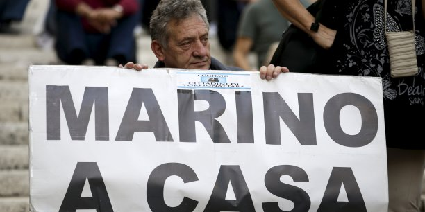 Juste avant sa démission, une réunion du conseil municipal avait montré à Marino qu'il n'avait plus la confiance du président du Conseil des ministres et qu'il avait perdu la majorité des voix au conseil municipal.