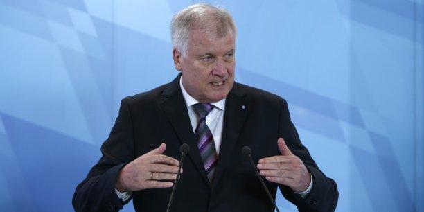 Le ministre président de Bavière Horst Seehofer menace de porter plainte contre l'Etat fédéral allemand